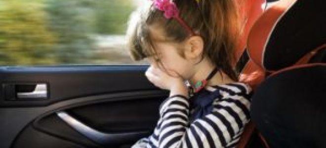 Ребенка укачивает в машине.