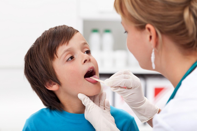 ребенок на приеме у доктора