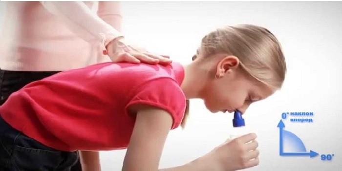 ребенок промывает нос