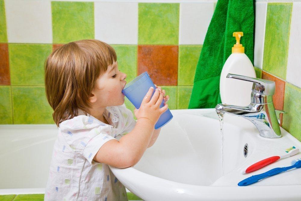 ребенок полощет горло при ангине