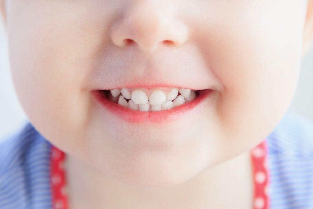во сколько меняются молочные зубы